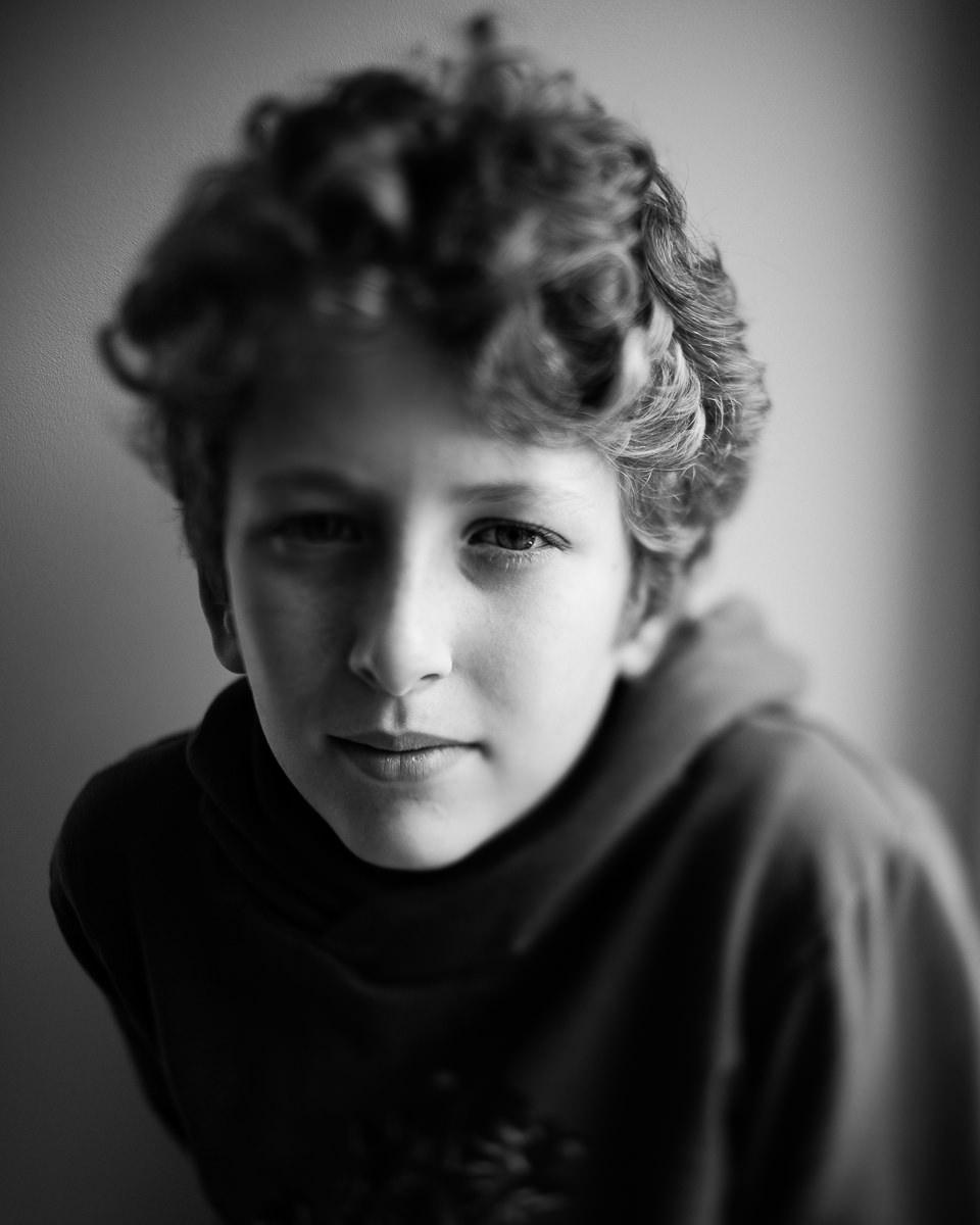 portrait noir et blanc freelensing d'un jeune garçon