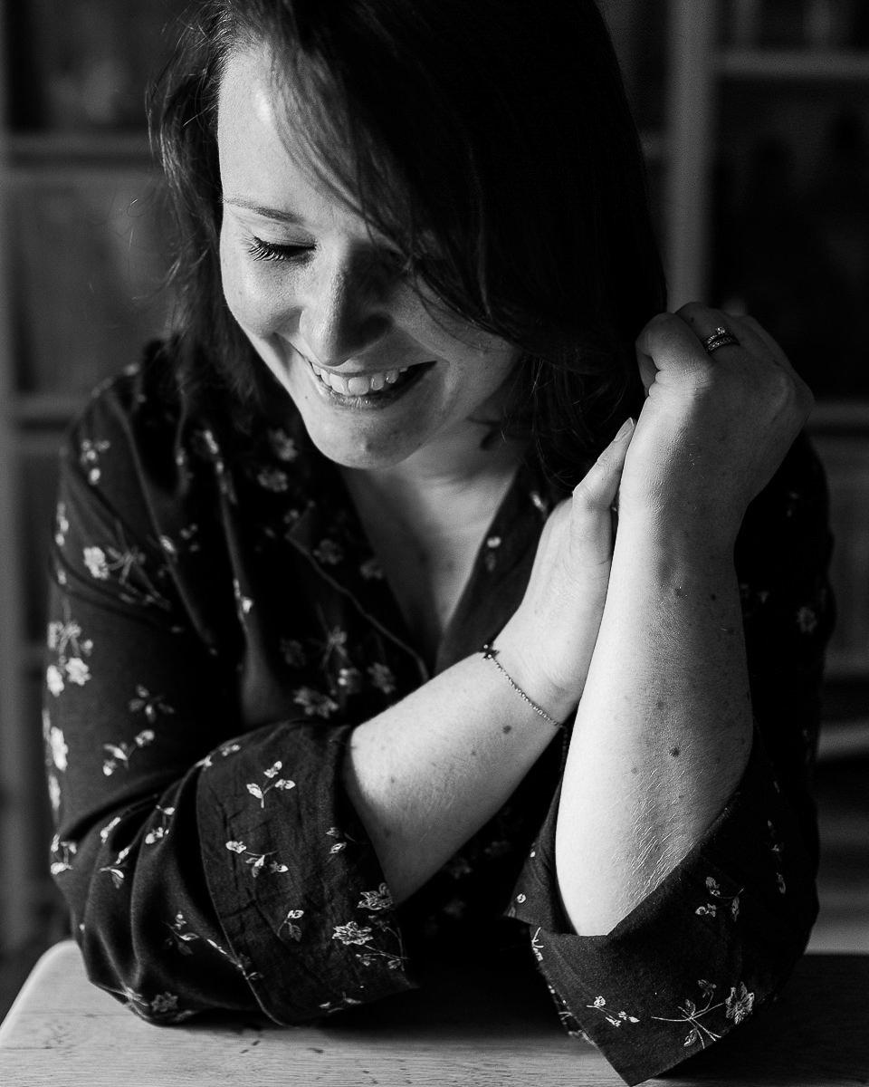 portrait de femme qui rit en noir et blanc