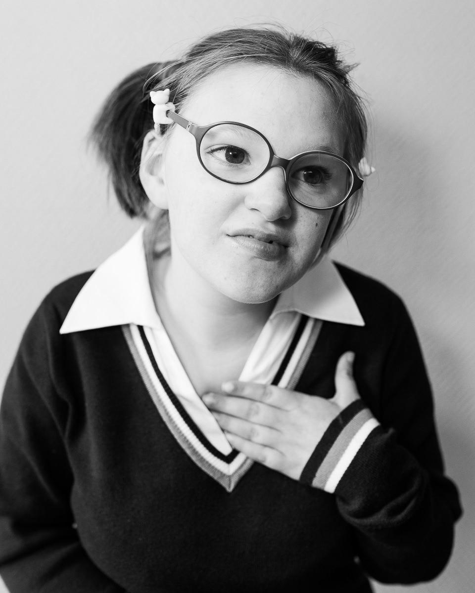 portrait noir et blanc d'une petite fille en IME