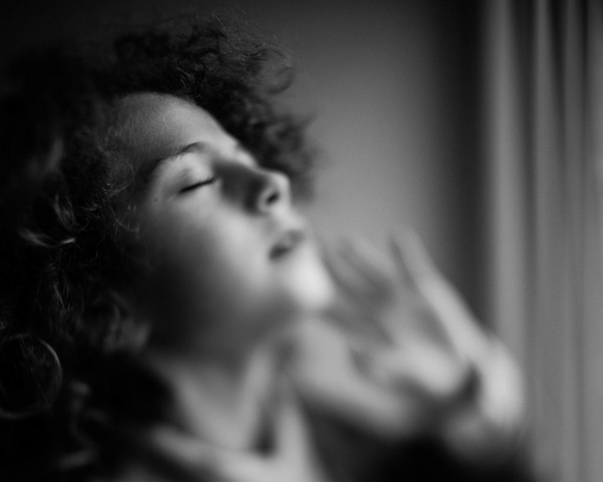 portrait au freelensing en noir et blanc par audrey guyon photographe portrait en normandie