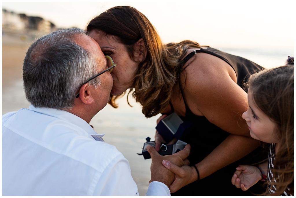 demande en mariage à cabourg lors d'une séance famille, audrey guyon photographe famille calvados normandie