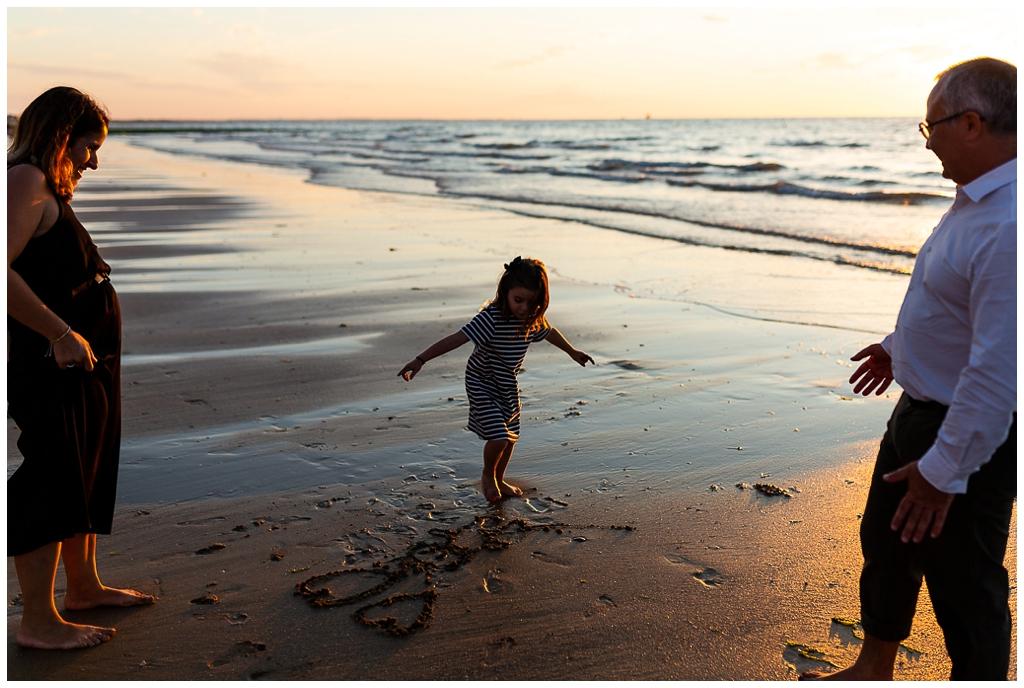 demande en mariage sur la plage de cabourg. Audrey GUYON, photographe mariage et famille en normandie