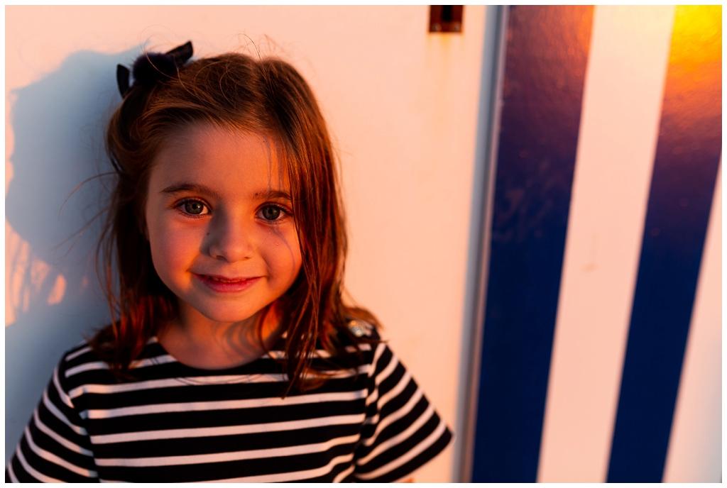 portrait de petite fille à la golden hour. Audrey GUYON photographe famille normandie.