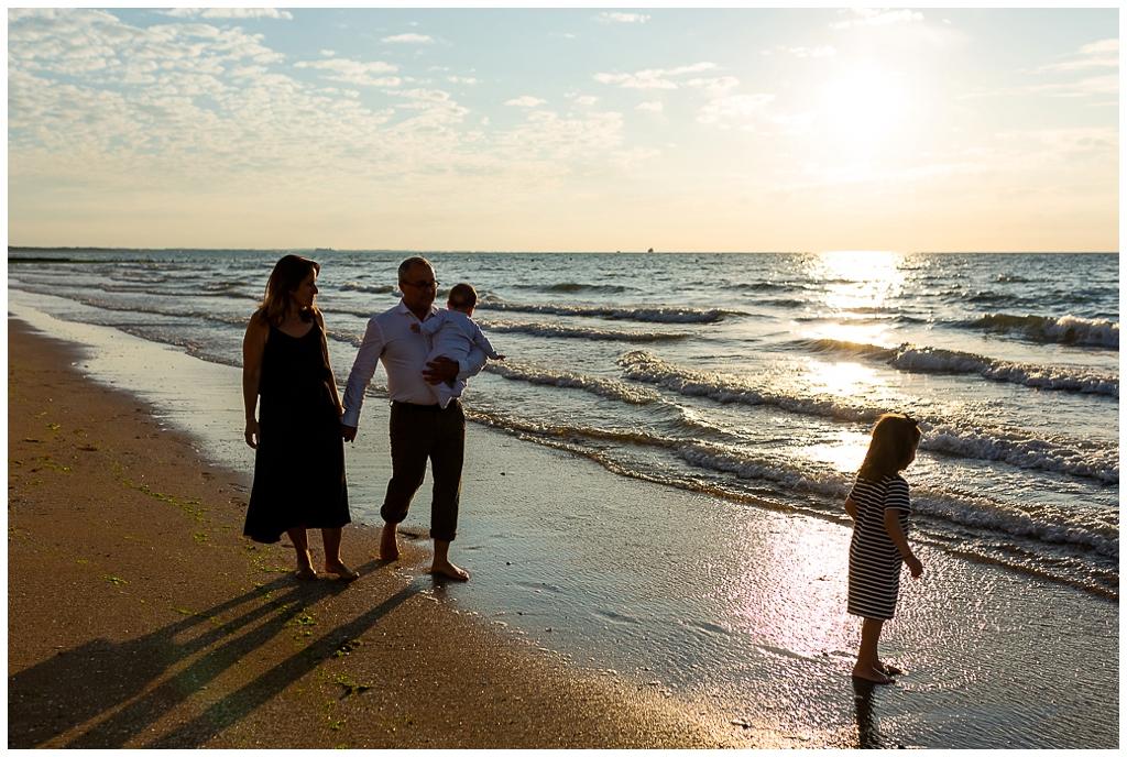 famille qui se promène que la plage de cabourg en normandie, audrey guyon photographe famille cabourg