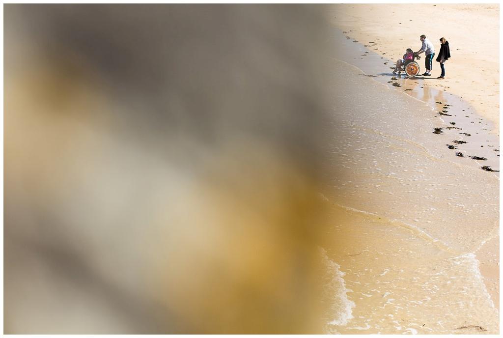à la plage avec un fauteuil roulant, audrey guyon photographe du handicap