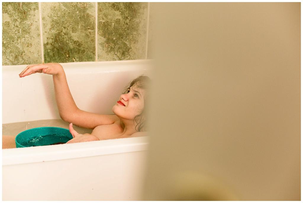 jeune fille porteuse de handicap dans son bain