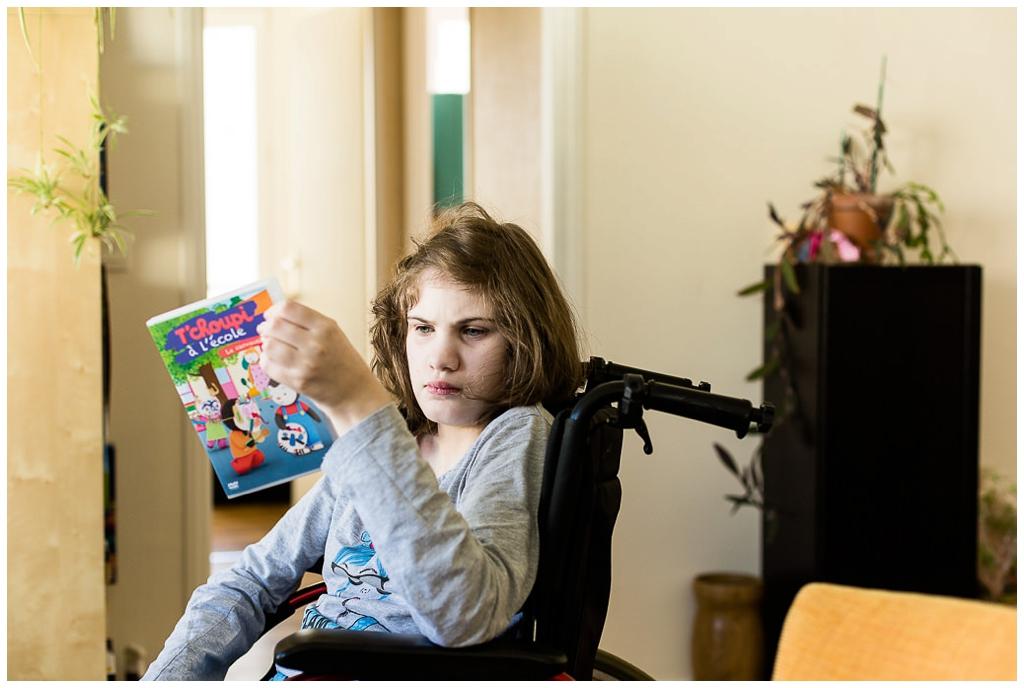 jeune fille handicapée qui lit