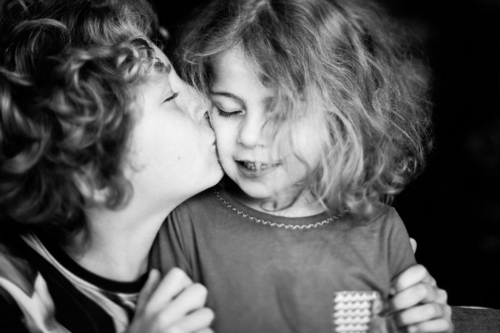 un frère et sa soeur autiste, audrey guyon photographe du handicap