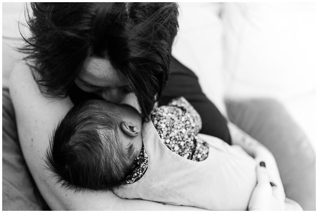 maman qui embrasse son bébé, photographe nouveau né calvados