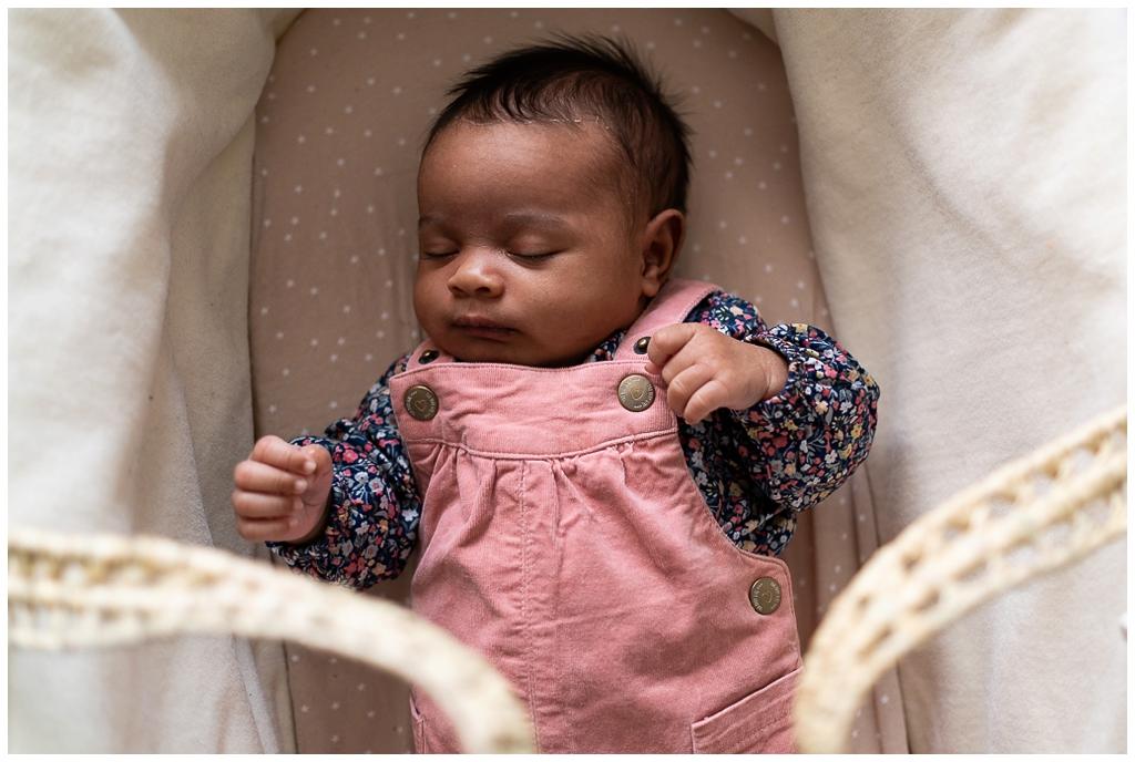 Nouveau né qui dort dans son couffin