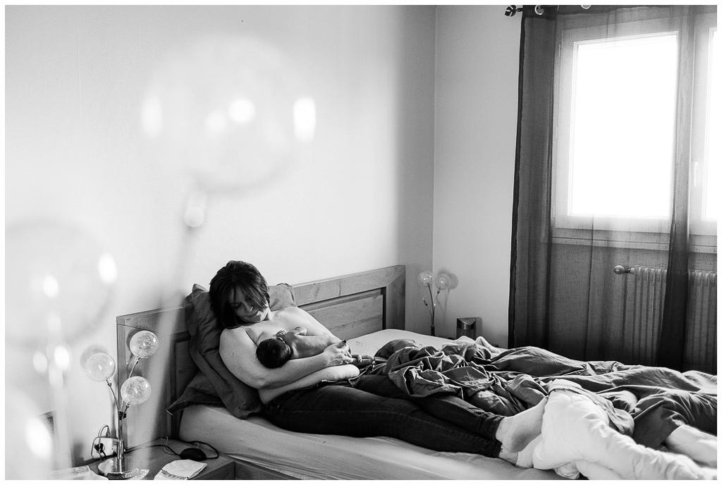 maman qui allaite son bébé. Audrey GUYON photographe nouveau né à domicile en normandie