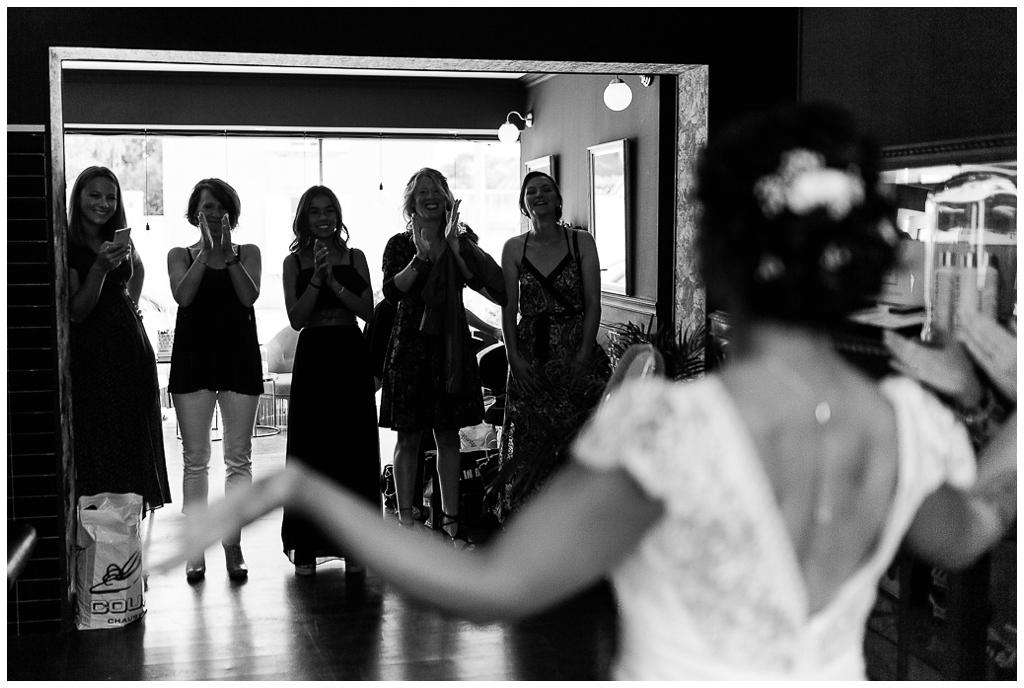 préparatifs mariée au salon joakim coiffeur barbier près de caen, audrey guyon photographe mariage normandie