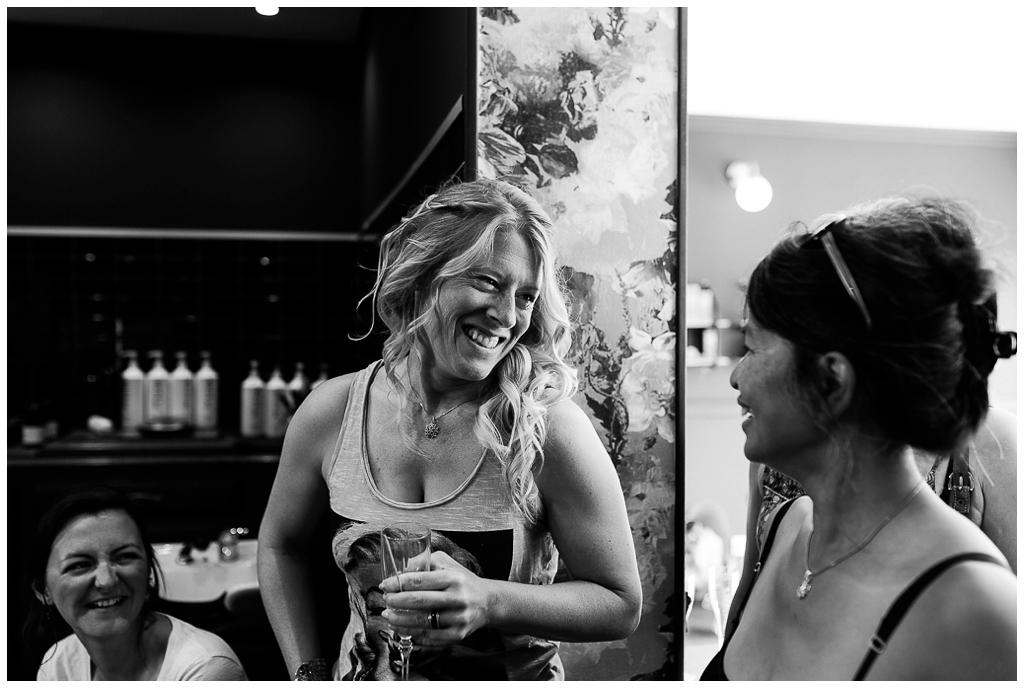 complicité mariée et ses invitées lors des préparatifs, audrey guyon photographe mariage normandie