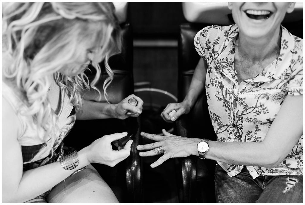 invités qui rient lors des préparatifs de la mariée